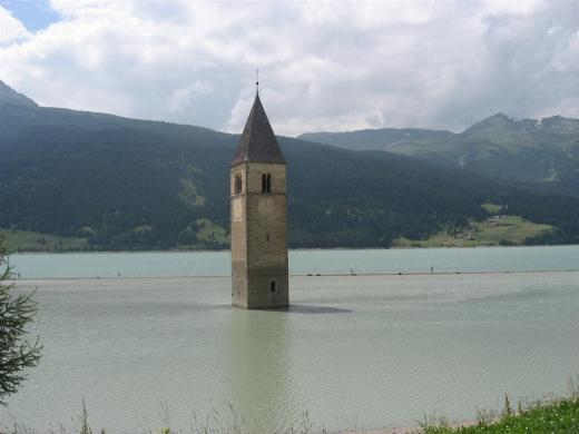 Der Kirchturm im Reschensee . Vinschgau in Südtirol 1