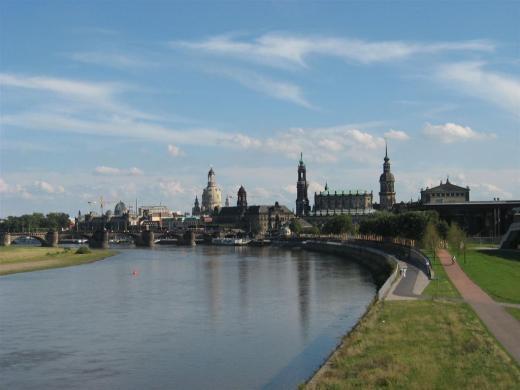 Blick auf die Augustus-Brücke mit der historischen Altstadt von Dresden