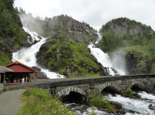 Norwegen-Brücke über Latefossen-Zwillingswasserfall