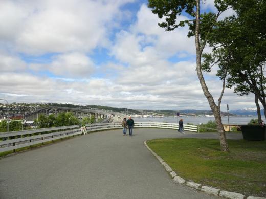 Tromsö Brückenverbindung Eismeerkathedrale und Stadt