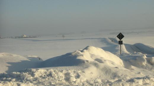 Weiße Landschaft mit Schneebergen