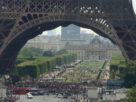 Getümmel unterm Eiffelturm