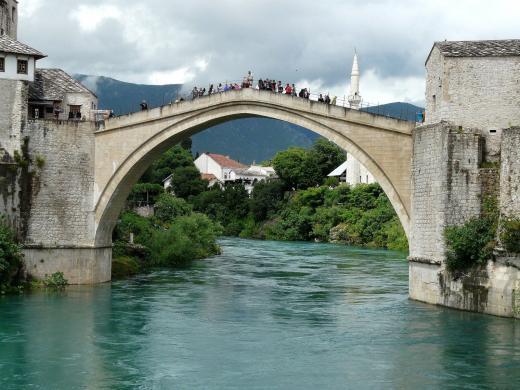 Blick durch die Brücke von Mostar